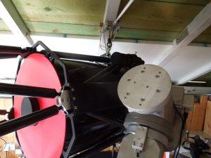 Teleskop hängt am Dach, Montierung zur Aufnahme der neuen Sattelplatte bereit.