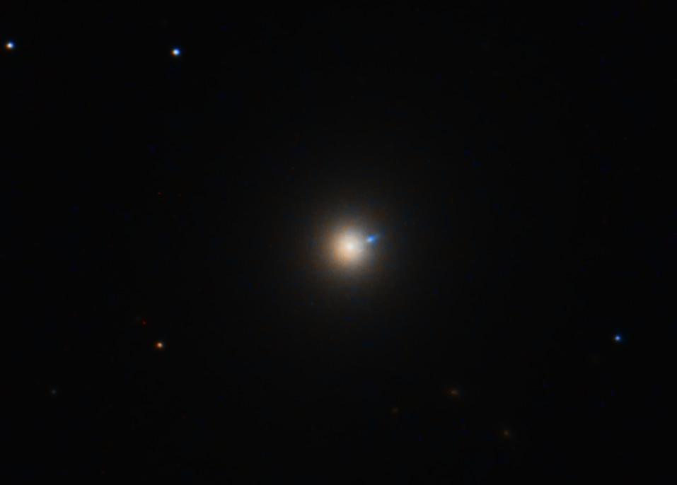 Zentrum von M87 mit Jet. Das das so farbig rauskommt, hatte ich bisher nur beim Hubble Space Telescope gesehen.